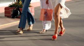 gående shopping för flickor Arkivfoton