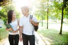 gående skola för asiatiska par till Arkivbild