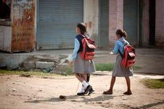 gående skola för flickor Arkivfoton