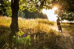 Gående snabbt sluttande för ung cyklist Royaltyfri Foto