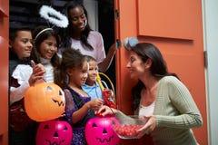 Gående trick för barn eller behandling med modern Royaltyfria Foton