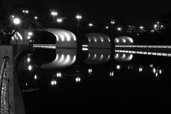 Gångallétrafik på natten arkivfoton