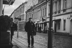 Gångare i den gamla staden Kaunas royaltyfria foton