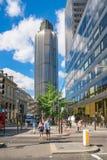 Gångare i London huvudsakliga finansiella område Arkivfoto