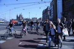 Gångare i staden av Amsterdam Royaltyfria Bilder