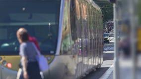 Gångare korsning gata, bärande passagerare för kollektivtrafik, stadstrafik arkivfilmer