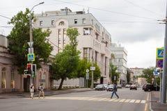 Gångare och byggnader i Moskva 17 07 2017 Arkivfoto