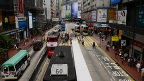 Gångare och trafik i det centrala området i stadens centrum Hong Kong lager videofilmer