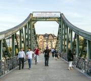 Gångare på bron Eiserner Steg i Frankfurt - f.m. - strömförsörjning Arkivbild