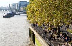 Gångare på den norr banken av flodThemsen, London Royaltyfri Bild
