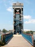 Gångare reser upp föreningspunktbron i Little Rock Arkansas Arkivbild