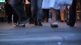 Gångare som går på trottoar Fotografering för Bildbyråer