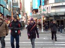 Gångare som korsar gatan, NYC, NY, USA Fotografering för Bildbyråer
