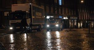Gångare som korsar vägen på sebra Nattgata i Helsingfors, Finland lager videofilmer