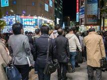 Gångare som väntar på klartecknet för att korsa vägen på Akihabara den elektriska staden, Tokyo royaltyfri bild