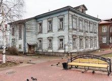 GångareChumbarova-Luchinskogo aveny i Arkhangelsk, Ryssland Arkivfoto