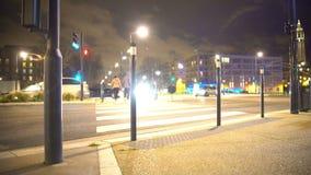 Gångarekorsning gata på grön trafikljus, trans., stads- liv arkivfilmer