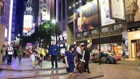 Gångarekorsning shoppinggata på natten lager videofilmer