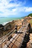 Gångbana bredvid havet, sikt som ser vägen Arkivfoto