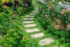 Gångbana i blommaträdgården Arkivfoton