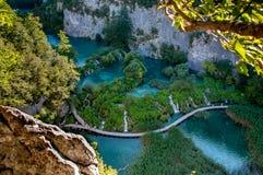 Gångbana längs sjön i den Piltvica nationalparken Fotografering för Bildbyråer