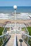 Gångbana ner till stranden med konkreta moment. Arkivfoton