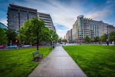 Gångbana och byggnader på den McPherson fyrkanten, i Washington, DC Royaltyfri Fotografi