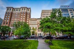Gångbana och byggnader på den McPherson fyrkanten, i Washington, DC Royaltyfri Foto