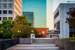 Gångbana och moderna byggnader i i stadens centrum Winston-Salem, norr Ca Royaltyfri Foto