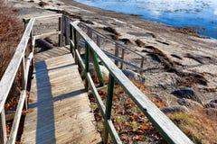 Gångbana och moment som leder till havet Royaltyfri Foto