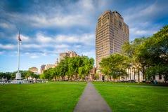 Gångbana på den New Haven gräsplanen och byggnader i centrum, i nytt Royaltyfria Bilder