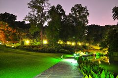 Gångbana på en trädgård vid natt Arkivfoto