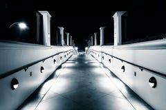 Gångbana på natten, i Huntington Beach Royaltyfri Bild
