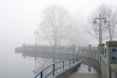 Gångbana på Rocky Point på dimmig dag Arkivfoto
