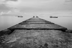 Gångbana som leder in i havet på den Otres stranden i Cambodja Royaltyfria Bilder