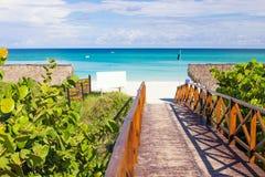 Gångbana som leder till stranden av Varadero i Kuba royaltyfri foto