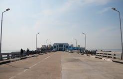 Gångbana till den sceniska fläcken och matning av seagullsna i Bangpu Samutprakan, Thailand fotografering för bildbyråer