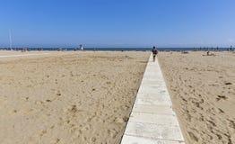 Gångbana till och med den sandiga stranden för stad i Rimini, Italien Arkivfoto
