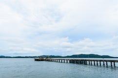 Gångbanabro och hav Arkivbilder