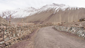 Gångbanan har stenväggen och snöberget Royaltyfri Bild
