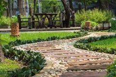 Gångbanan i trädgården Royaltyfria Bilder