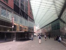 Gångbanan mellan Goldman Sachs Headquarters och det kungliga biobatteriet parkerar 11 i Manhattan, New York royaltyfria bilder
