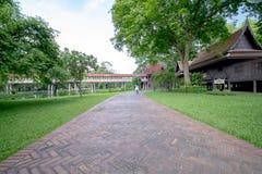 Gångbanan mellan gräsplan parkerar Royaltyfri Bild