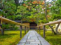Gångbanor i den japanska trädgården fotografering för bildbyråer