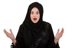 Gången ut förvånad muslimkvinna med hijab eller huvudhalsduk som isoleras på vit Royaltyfria Foton