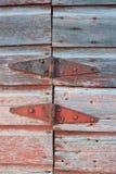 Gångjärn på en gammal ladugård royaltyfri bild