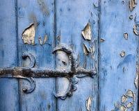 Gångjärndetalj på en gammal dörr Arkivbild