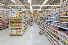 Gångsikt av en Tesco Lotus supermarket Arkivbild