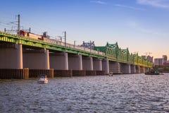 Gångtunnel och bro på Hanriver Arkivbilder