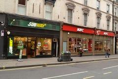 Gångtunnel- och KFC snabbmatrestauranger Arkivfoto